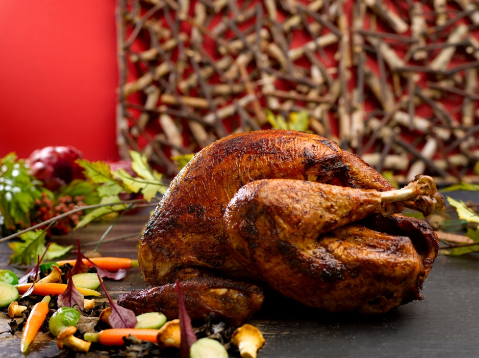roasted-turkey-with-traditional-vegetables-and-gravy-giblet-served-with-cranberry-sauce-for-festive-takeaway